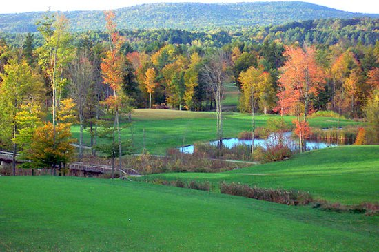 Loudon, Nueva Hampshire: A view from the ladies tees on the 6th hole looking towards the 7th and 17th holes
