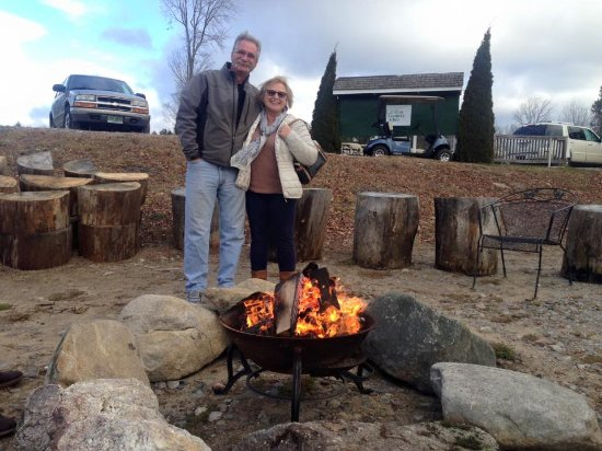 Loudon, Nueva Hampshire: Warm up around the firepit with friends and family