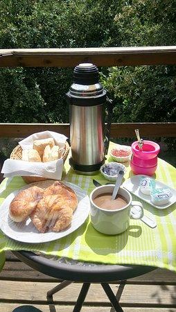 Villa Berna, อาร์เจนตินา: el deck y desayuno casero