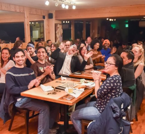 Oakland, Kalifornien: Audience enjoying a comedy show