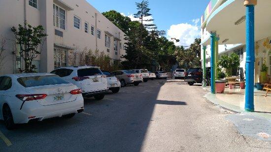 James Hotel: Os carros estacionam a 45º, porém quando está lotado, os funcionários manobram para tirar seu ca
