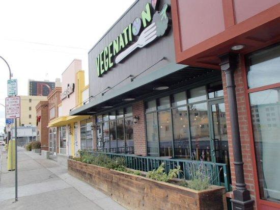 VegeNation: 店の前の様子、反対側にはeatというお店もあります