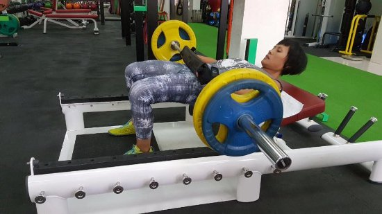 proper gym in Sai Gon including 1 25kg plates, deadlift platform