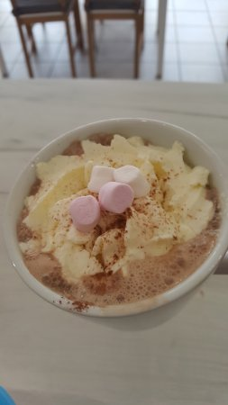 Shirley, UK: Hot Chocolate with marshmallows and cream