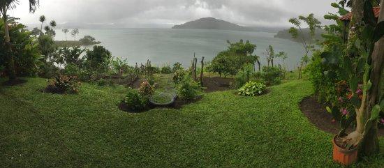 Restaurant by the Lake Tinajas Arenal: Vista del lago del Volcan Arenal desde la terraza de Las Tinajas