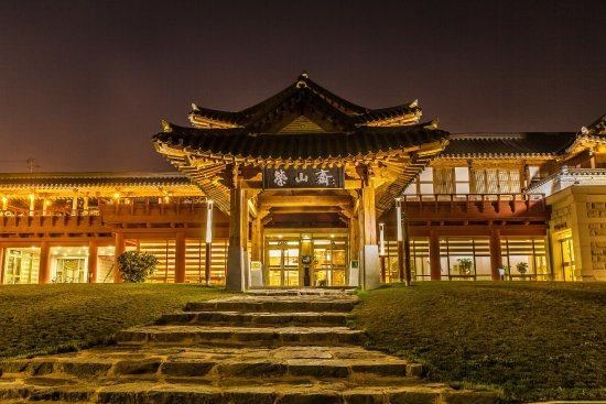 Yeongam-gun, كوريا الجنوبية: 영산재는 전남 최초의 한옥 전통호텔로, 외부는 한옥 정자와 담장 등 전통 양식의 조경시설을 도입해  한옥의 멋을 한껏 강조하고, 내부는 고급 호텔 수준의 편의시설을 갖춘 것