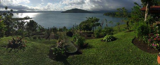 Restaurant by the Lake Tinajas Arenal: Vista del lago del Volcan Arenal desde Las Tinajas