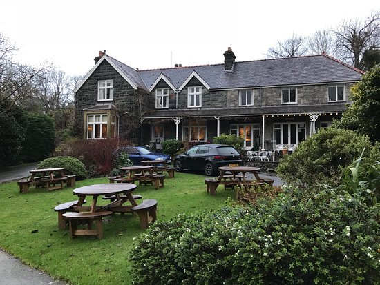 Llanbedr, UK: The approach to the Ty Mawr hotel.