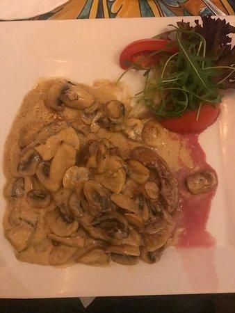 Saturnino: Стейк с грибами в сливочном соусе, к нему приносят еще овощи