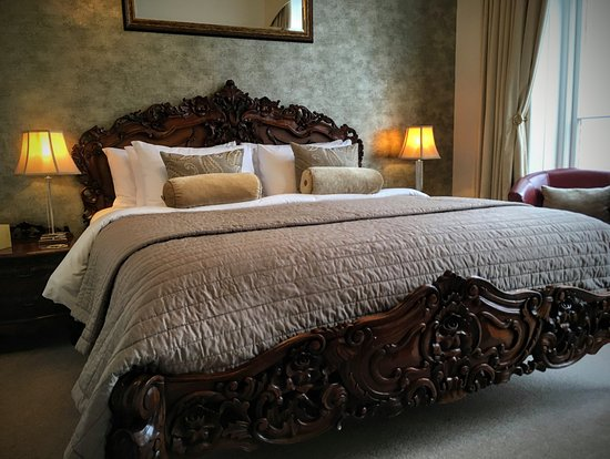 Highcliffe House: Myrtleberry with carved super king bed