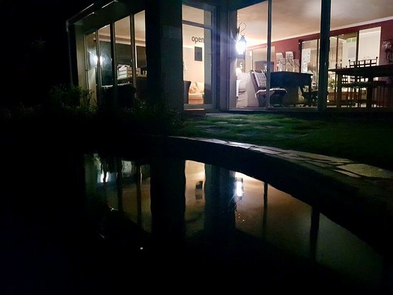 Cathkin Cottage Bed and Breakfast : Night view of Patio from the swimming pool