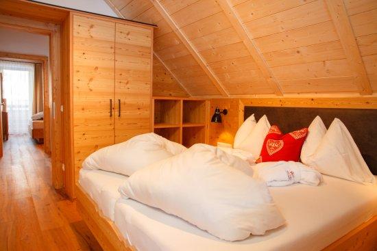 Chalet Deluxe Schlafzimmer - Bild von Trattlers Hof-Chalets, Bad ...