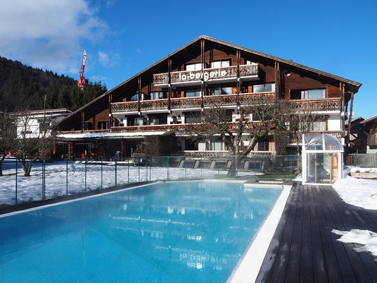 Piscine en t photo de hotel la bergerie morzine for Piscine morzine