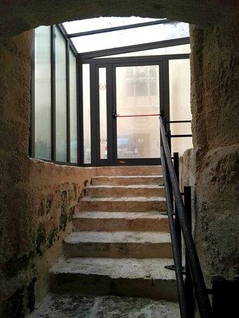 Scala di accesso dal cortile alla sala sotterranea
