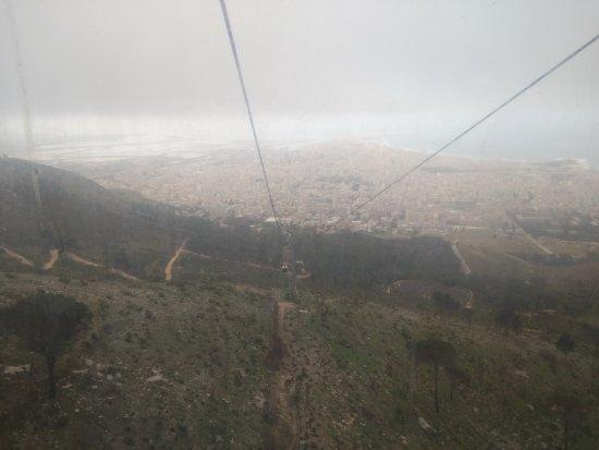 Vista de Trapani desde el Cable Car Erice (dia con niebla)