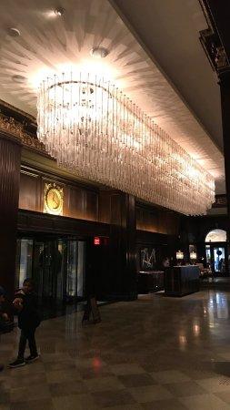 Rosewood Hotel Georgia: Lobby chandelier
