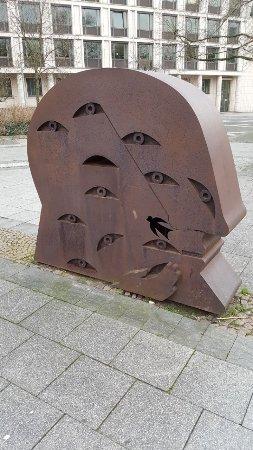 """Skulptur """"Kopf mit zwölf Augen"""""""