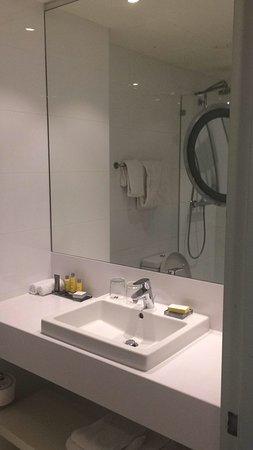 Nette badkamer, geen bad, maar douchecel met stortdouche - Bild von ...
