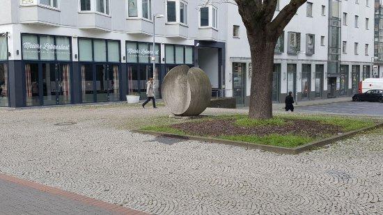"""Skulptur """"Grosse Kugelform"""""""