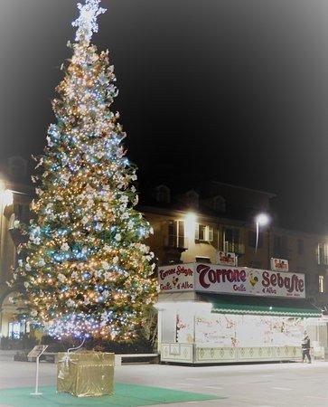 Foto Weihnachtsbaum.Weihnachtsbaum Picture Of Piazza Michele Ferrero Alba