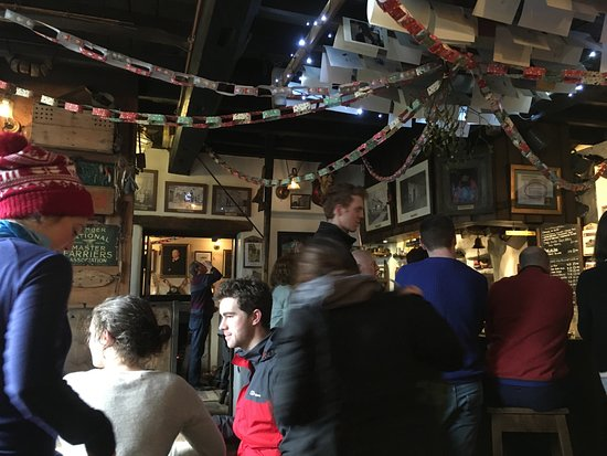 Appletreewick, UK: Open fires at both ends of the pub!