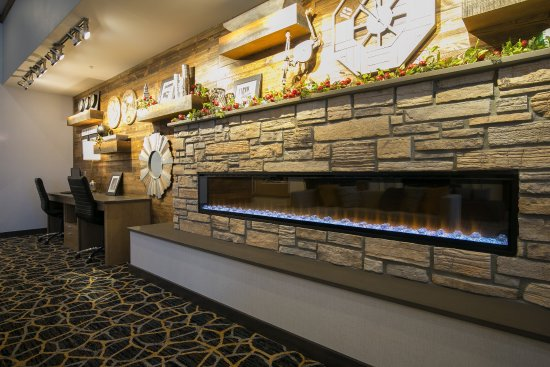 Cannon Falls, MN: Lobby Fireplace