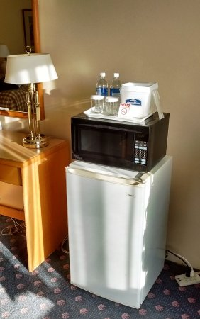 Howard Johnson Hotel by Wyndham Nanaimo Harbourside: Chambre 210 avec frigo et micro-ondes
