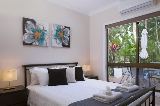 Witta, Australia: 2nd Bedroom in Holiday House looks towards the pool
