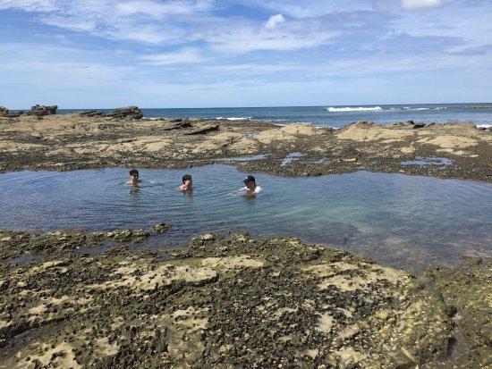 Refugio Del Sol Lodge: En marea baja se forman piscinas en el arrecife, delicioso baño.