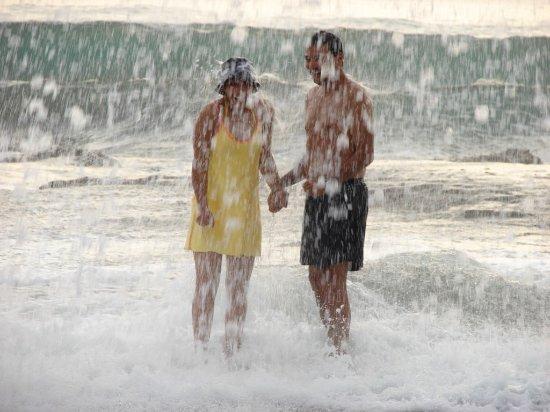 Refugio Del Sol Lodge: Un Geyser natural, al reventar la ola en arrecife de playa Pelada.