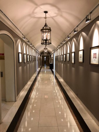 Palacio Estoril Hotel, Golf and Spa: The hallway lined with photos of past VIP guests