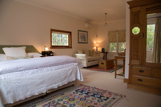 Carriages Boutique Hotel & Vineyard: The Gatehouse Spa Suite with King size bed and lounge area and en-suite.