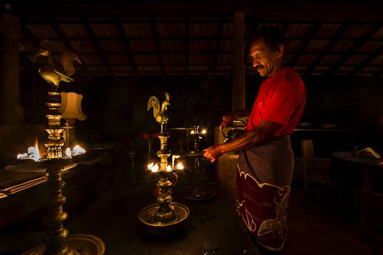 Kandy Samadhi Centre: Shared spaces are lit with (coconut) oil lamps