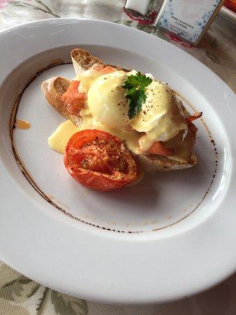 Poppies Cafe: Breakfast Salmon Eggs Benedict