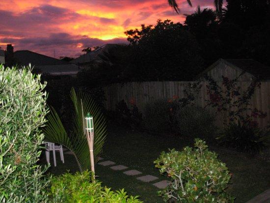 Karin's Garden Villa B&B: Sunset in the garden