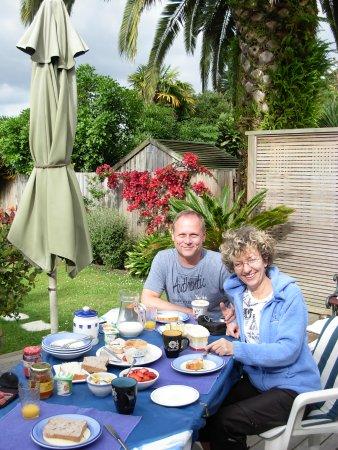Karin's Garden Villa B&B: Enjoying breakfast in the garden