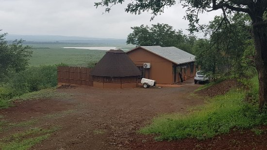 Nkwazi Lake Lodge: Driveway into the Self Catering Nkwazi Lodge