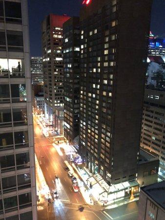 Sofitel Montréal Le Carré Doré : Vue du 17ème la nuit...