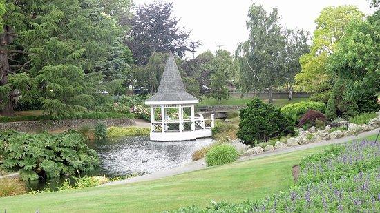 Taman Pollard: Viewing platform on the pond
