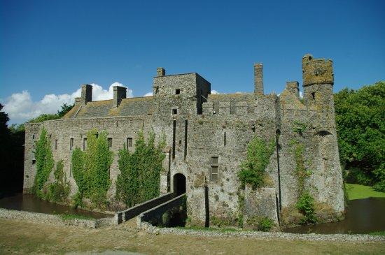 Pirou, Frankrike: Vue sud-est du château
