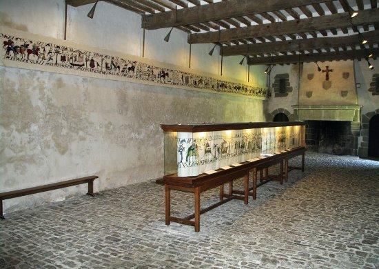 Salle des plaids avec l'exposition de la Tapisserie de Pirou
