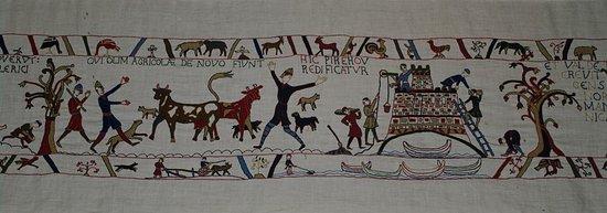 Tapisserie de Pirou, scène 3 avec la construction du château de Pirou vers 1149.