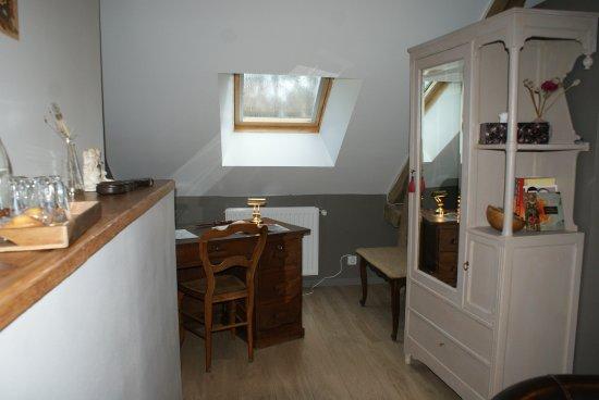 Saint-Erblon, Francia: L espace bureau de la chambre Macaron
