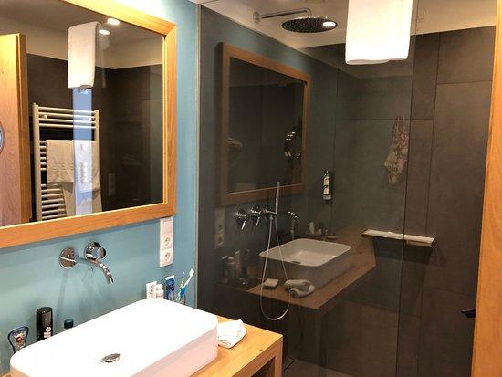 Dusche Und Waschbecken Neben Holz Bild Von Hotel Belvedere