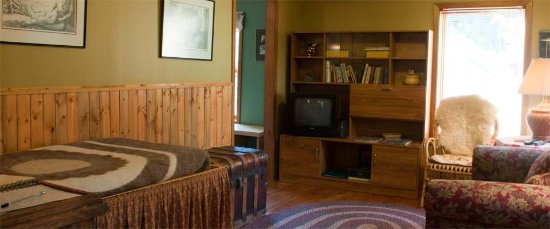 Mt. Burgess Guesthouse : Wilf Carter - Living Area: Day Bed, Love Seat, Lazy Boy Recliner, Dining Table for 4