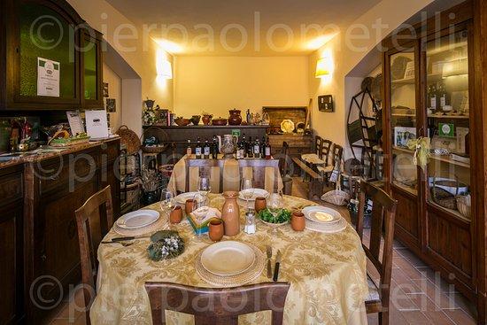 Agriturismo Castrum Normanno: vi offriamo l'esperienza più bella della vita:stare insieme a tavola con vini e cibo naturali