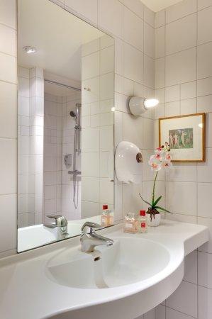 salle de bain avec douche /wc - Picture of Les Ajoncs d\'Or, Pont ...