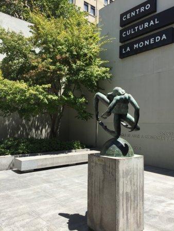 Centro Cultural Palacio de la Moneda y Plaza de la Ciudadania: Centro Cultural La Moneda - Jardim de entrada