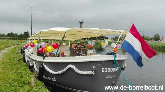 Harderwijk, Países Baixos: Borrelboot klaar voor vertrek voor een turkse verjaardag.
