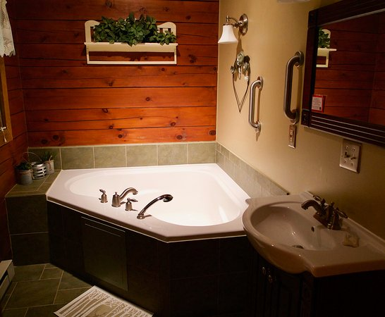 Ole Mink Farm Recreation Resort: Hide and Seek Bathroom.  Spacious heart-shaped garden tub.  Relaxation at its finest.